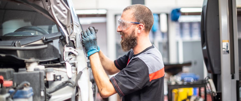 Mecanicien Gert aan het werk