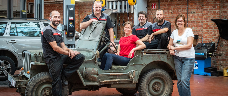 Het team op ee jeep